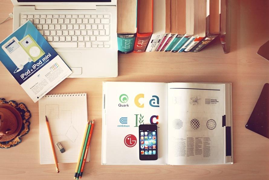 Książka i smartphone.