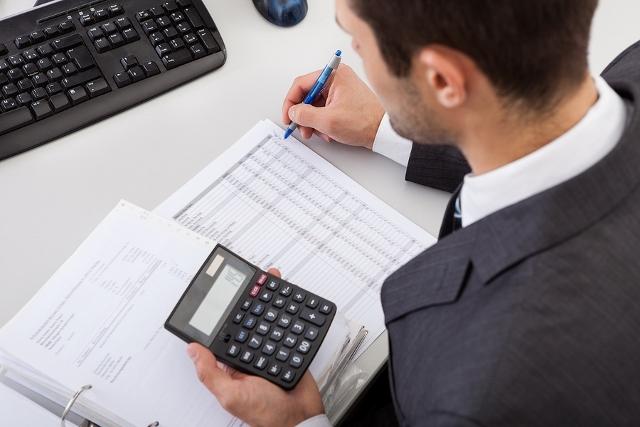mężczyzna z kalkulatorem