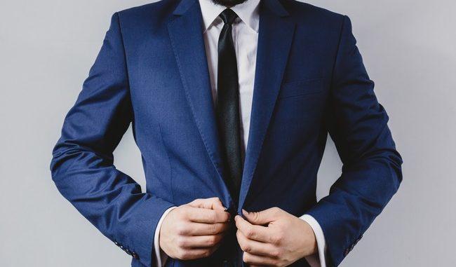 Biznesmen w garniturze.
