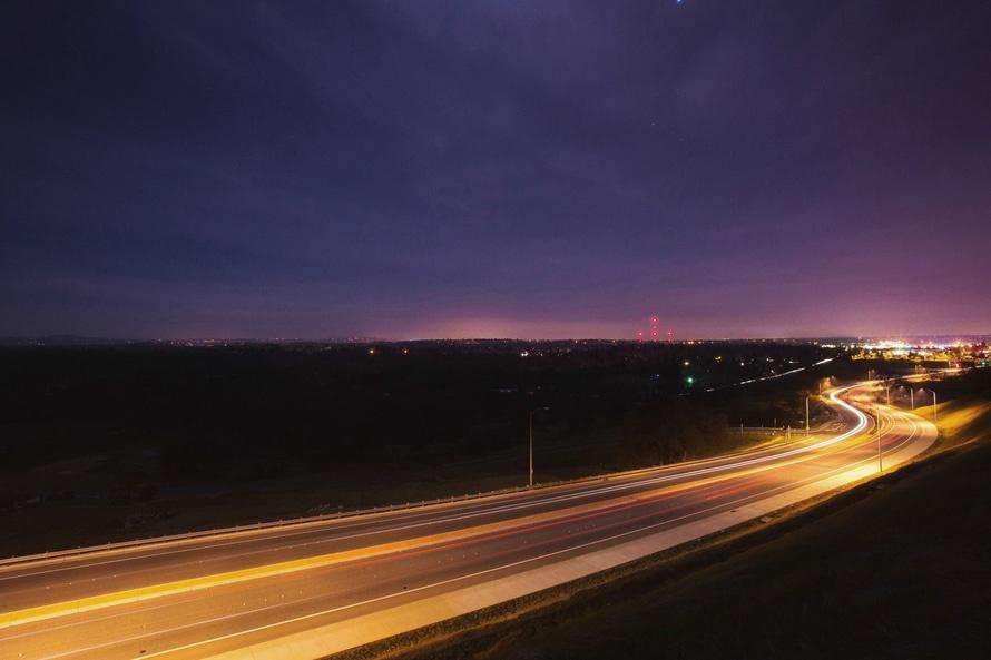 Droga oświetlona nocą.