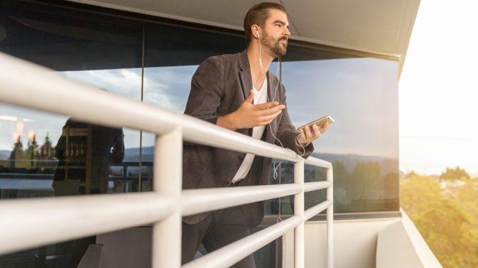 Mężczyzna w pracy rozmawiający o pożyczce przez telefon